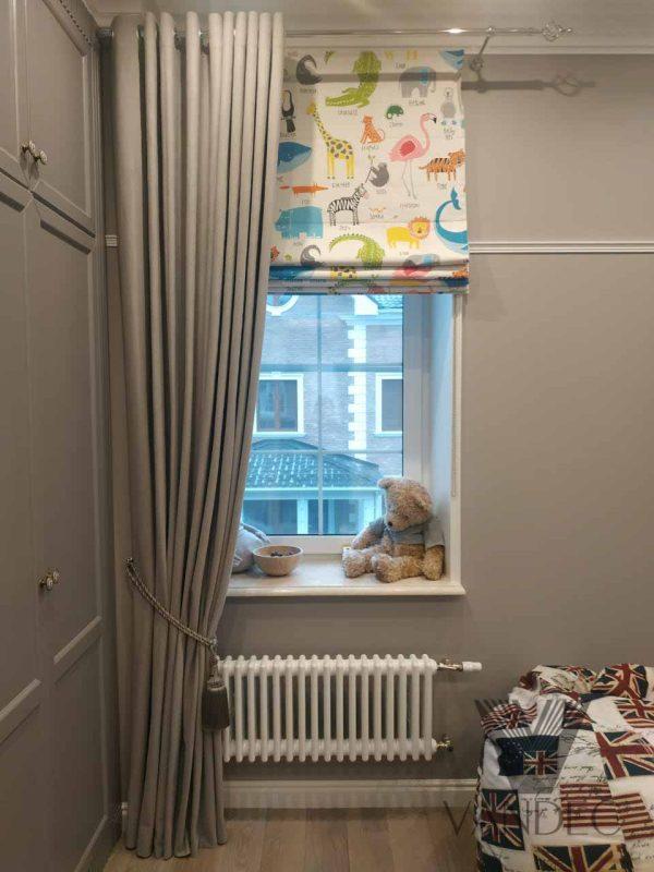 Римские шторы из ткани от Английской фабрики Scion. Портьеры на люверсах из бархата от Немецкого производителя Chivasso.