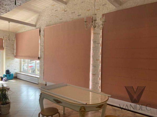Римские шторы на панорамные окна из ткани блекаут